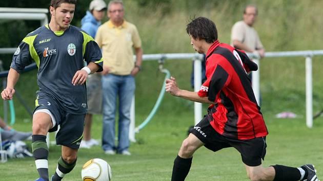 Fotbal, krajský přebor: Černilov - Olympia Hradec. Na snímku hradecký Jan Slezák (vlevo) a černilovský Michal Hlína