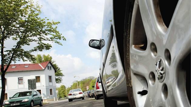 Automobily stojící podél silnici vedoucí ke stanici kasičů komplikují jednotkám výjezd.
