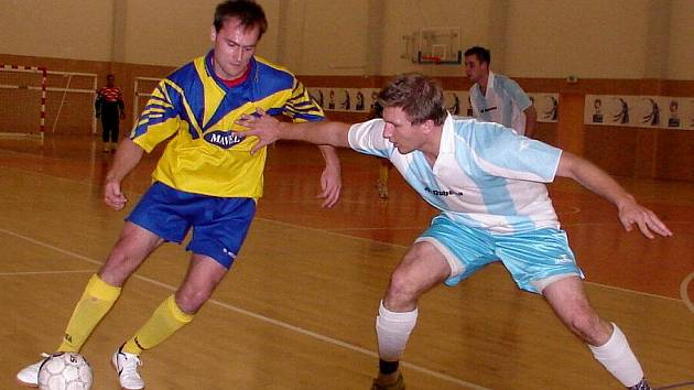 Futsalová II. liga: Salamandr Hradec Králové - Benešov. Na snímku domácí Roman Jelínek (vpravo) v souboji s hostujícím hráčem.
