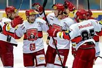 Hradečtí hokejisté se radují ze vstřelené branky. Uprostřed Jakub Langhammer.