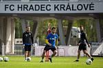 Trénink fotbalistů FC Hradec Králové za nouzového stavu  s omezením počtu hráčů a dezinfekcí míčů.
