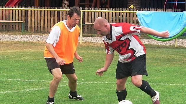 FINÁLOVÝ SOUBOJ. David Placák z AC Sextons (vpravo) se snaží obejít Petra Mikolandu (FC Havana Hradec Králové).
