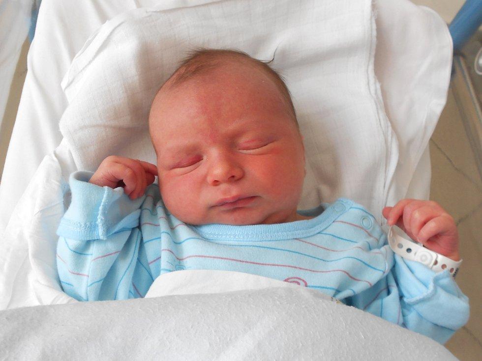 LUBOŠ PINKA se narodil 18. července ve 20.40 hodin. Vážil 3830 g. Velkou radost udělal svým rodičům Jitce a Luboši Pinkovým z Uhřínovic, Doma se těší sourozenci Lucie a Ríša. Tatínek byl u porodu pro maminku velkou oporou a zvládl to bezvadně.