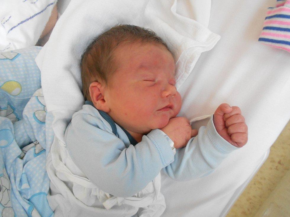 Filip Koukola se narodil 27. 4. 2021 v23:12 hodin. Měřil 41 cm a vážil 4 400 g. Rodiče Dagmar a Aleš Koukolovi jsou zOlešnice. Filip má sestřičku Amálku. Tatínek byl u porodu a zvládl to podle maminky velice statečně.
