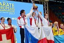 Na nejvyšším stupni! Česká reprezentace ovládla týmovou soutěž kumite žen. Družstvo tvořily karatistky Hradce Králové.