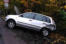 Dvě osobní auta se v neděli odpoledne střetla u obce Písek nedaleko Chlumce nad Cidlinou