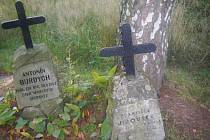 Dva pomníčky věnované Antonínu Burdychovi a Františku Jirouškovi.
