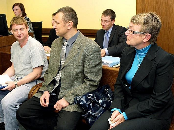 Martin Bakeš před Krajským soudem v Hradci Králové, 4. října 2010.