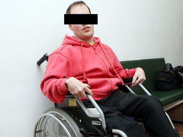 J. V. - muž, který je po dětské mozkové obrně na vozíku.