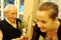 Žáci z Domova mládeže, internátu a školní jídelny (DMIŠJ) Vocelova mezi seniory z Domova důchodců U Biřičky.