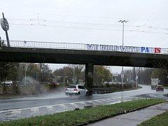 Nápis na podporu Paříže visící na nadjezdu nad Gočárovým okruhem v Hradci Králové.