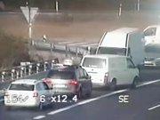 Hromadné couvání, otáčení a jízda v protisměru na D11.