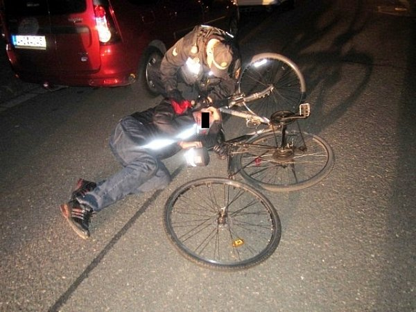 Opilec spadlý zjízdního kola na silnici.