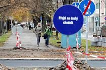 Kácení stromů v Lipkách komplikuje život nejen chodcům.