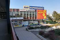 Supermarket Kubík funguje, obchodní pasáž v prvním patře ale zeje prázdnotou.