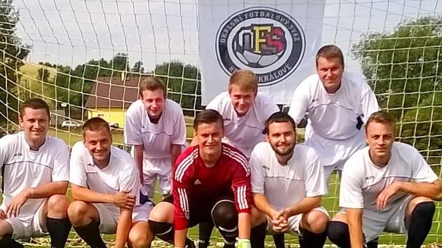 Tým rozhodčích Okresního fotbalového svazu Hradec Králové na putovním turnaji v Chuděrově.