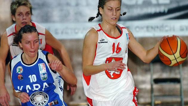 PARÁDNÍ VÝKON předvedla hradecká rozehrávačka Iva Komžíková (vpravo) v Trutnově. Bude se jí dařit i proti Slovance?