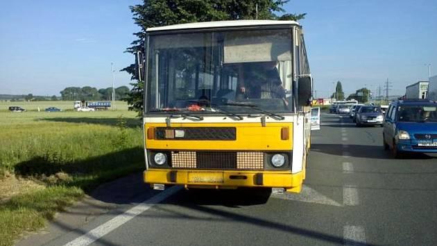 Policií zastavený autobus.