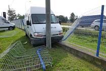 Řidič narazil do lampy, zranění naštěstí neutrpěl.