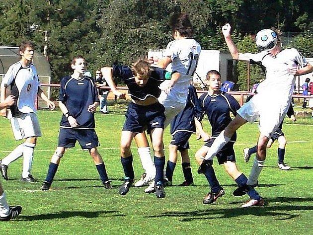 Starší žáci FC HK (v bílém) v duelu proti královéhradecké Slavii.