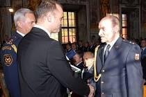 Ministr vnira Ivan Langer předává medaili hasiči Jiřímu Prouzovi