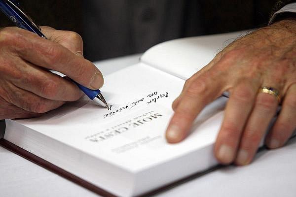 Herec Stanislav Zindulka při podepisování své autobiografické knihy.