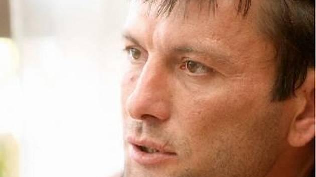 MLUVÍ OSTŘE A TREFNĚ. David Pospíšil se při více než hodinovém rozhovoru několikrát pořádně rozpálil. Na stavu českého hokeje mu záleží, současnou situaci nebere na lehkou váhu.