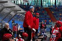 Hradecký kouč Vladimír Kostka (červený kšilt) se svým asistentem Jiřím Janouškem mladším sledují hokejové utkání žáků 8. třídy.