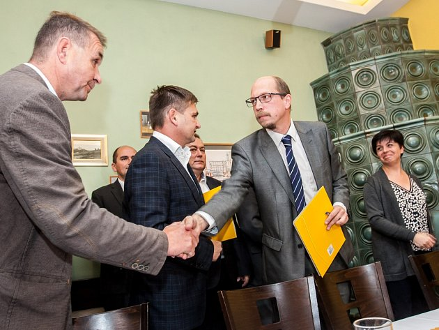 Podpis koaličního memoranda v Královéhradeckém kraji.
