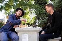 Šachový stolek kavárníka Ondřeje Kobzy v zahradě Kláštera Broumov.