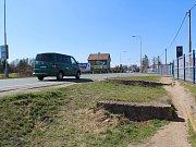 Stezka pro pěší a cyklisty by měla nahradit vyšlapanou cestu, po se nedá projet ani s kočárkem.