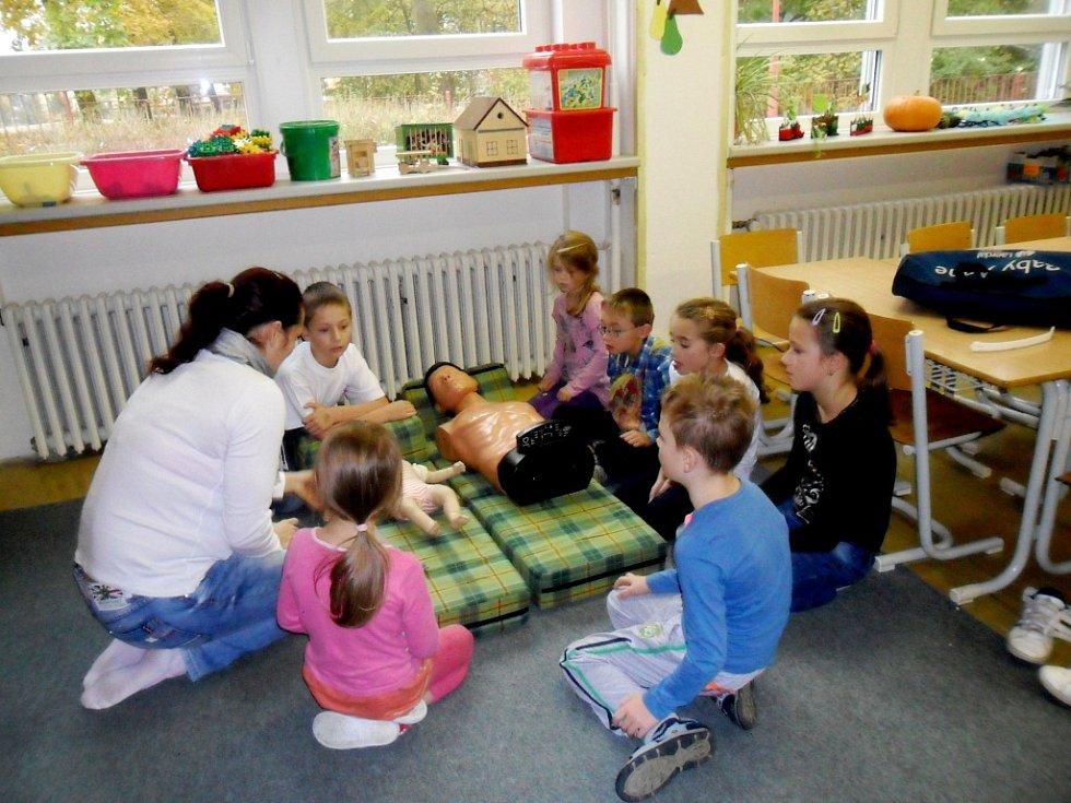 Členka hradeckého Českého červeného kříže Lucie Hekerlové a její syn mezi žáky ze družiny základní školy na Pouchově.