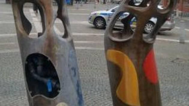 Neznámý zloděj ukradl bronzový kryt z oblíbené fontány, která zdobí Baťkovo náměstí v centru Hradce Králové. Po pachateli i po krytu pátrají policisté.