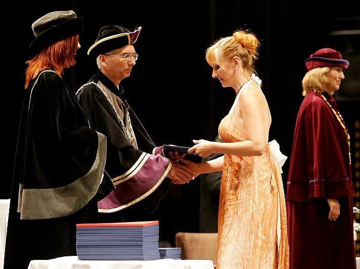 Studenti hradecké univerzity završili 27. června při slavnostní ceremonii své mnohaleté studijní úsilí, které provázelo často nejen obtížné studium, ale zejména státní závěrečné zkoušky.