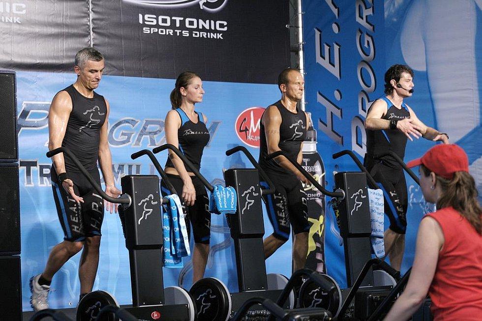 """Nové sporty v Hradci Králové: """"H.E.A.D. - chůze ve vysokohorském prostředí uprostřed tělocvičny."""""""