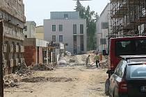 Přestavba Nálepkových kasáren u Divadla Drak v blízkosti městského centra se po dvou letech práce chýlí ke konci.V unikátním souboru staveb, kde se snoubí vojenská historie s moderní architekturou, by už letos mohly bydlet první rodiny. Foceno 2.7.2009
