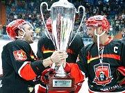 Předchozí dva ročníky Mountfield Cupu ovládl domácí Hradec Králové a třímá putovní pohár. Loni krásnou trofej přebírali Petr Koukal a kapitán Jaroslav Bednář, který ovšem po minulé sezoně ukončil profesionální kariéru.