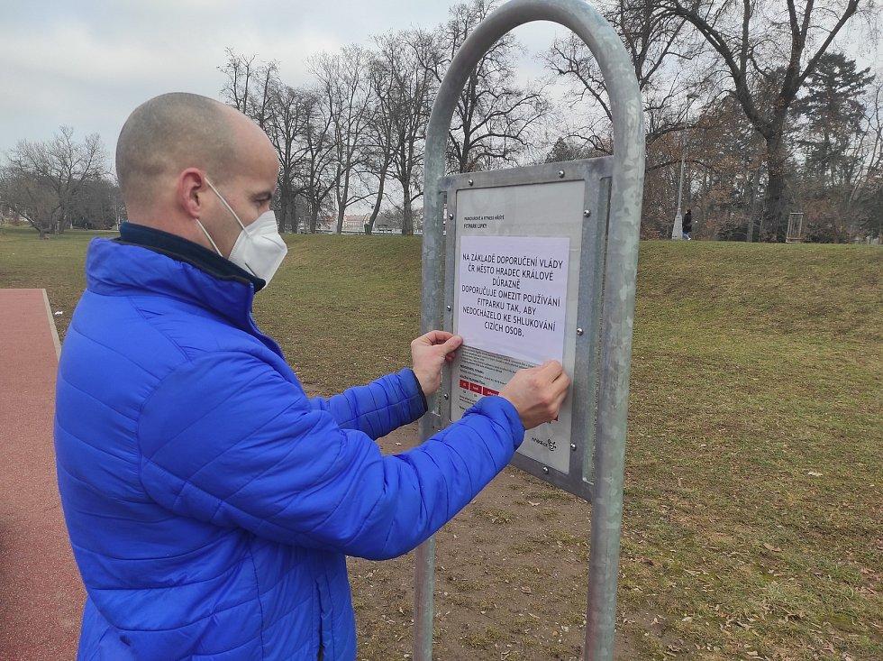 Hradecká ranice zatím hřiště osadila jen cedulemi upozorňujícími na vládní nařízení. Uzavírat se je však zatím nechystá.