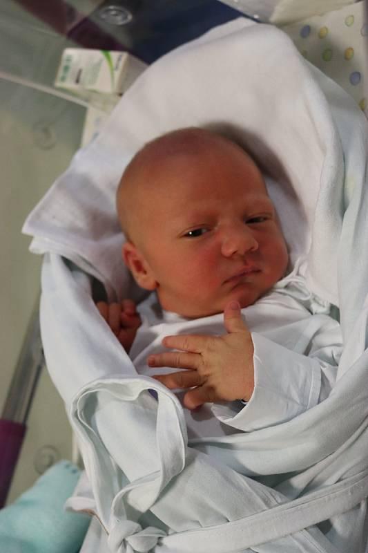 VILÉM ŠRÁMEK přišel na svět 14. září v 0.56 hodin. Po narození měřil 51 cm a vážil 3720 g. Svým příchodem na svět potěšil své rodiče Janu Blahovou a Miroslava Šrámka z Hradce Králové. Doma se těší tříapůlletá sestřička Viktorie.