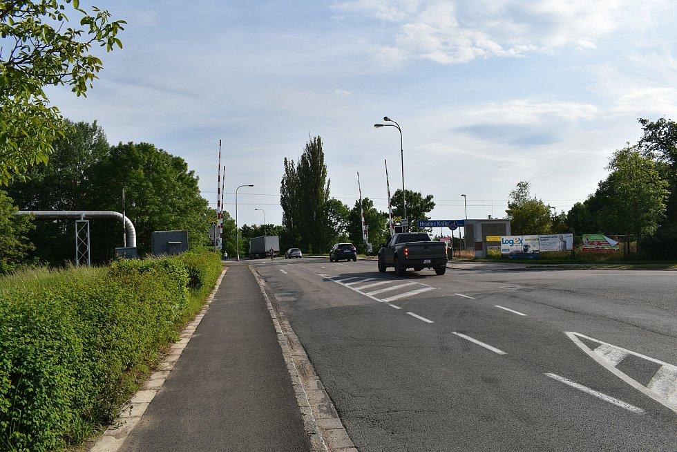 Zatímco na Kladské ulici vede přes železniční trať nadjezd, v Pouchovské ulici je klasický přejezd.