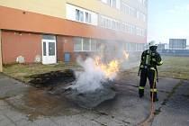 V hradecké Stavební ulici likvidovali hasiči požár dvou kontejnerů na odpad.