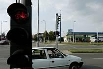 """Zakrývání """"zrádných"""" semaforů na křižovatce poblíž Aldisu v Hradci Králové."""