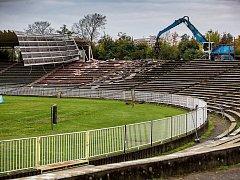 Demolicí západní tribuny de facto začíná proměna hradeckého fotbalového stadionu.