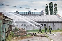 Požár kravína u Hořiněvsi na Hradecku
