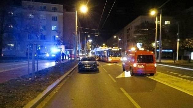 Opilá řidička nabourala tři vozidla včetně trolejbusu.