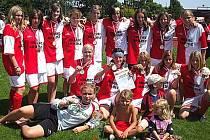S MEDAILEMI na krku se vrátily ze zahraničního turnaje fotbalistky DFC Slavia Hradec Králové. Obě žákovská družstva se dokázala probojovat do finále. V případě mladších hráček bylo ryze českou záležitostí.