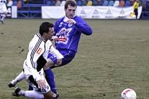 Ve fotbalové přípravě se střetly SK Kladno s Hradcem Králové (0:0). Na snímku kladenský Jan Procházka (v modrém) zastavuje útok votroků.
