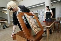 Baroko s mladou jiskrou. Svá díla představují v knihovně studenti střední uměleckoprůmyslové školy.