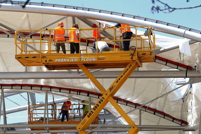 Na konstrukci terminálu v těchto dnech natahují plachtu.