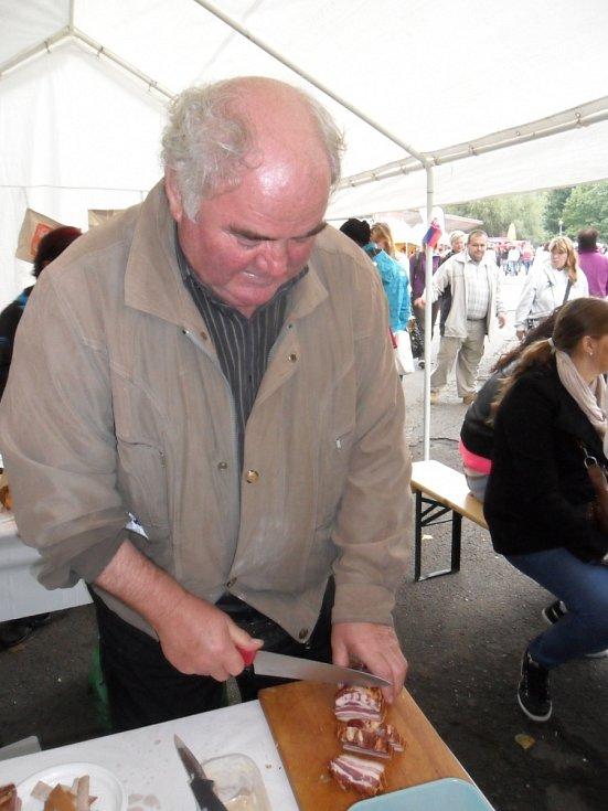 Pán v šedivé bundě krájející slaninu na halušky je Vladimír Sobotovič - mistr Slovenska z roku 2008 ve vaření halušek v Košicích.